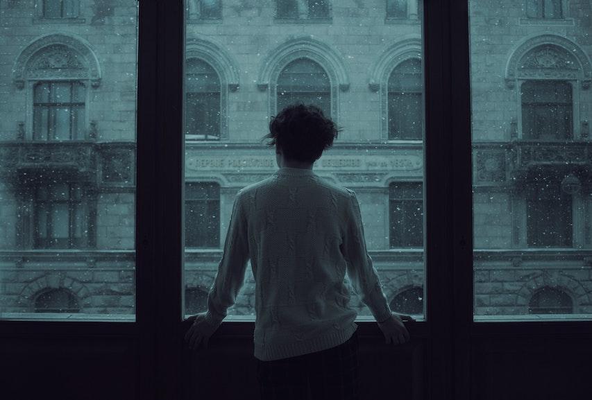 eenzaam jongen raam